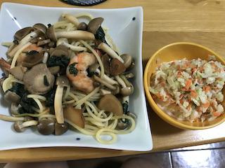海老とキノコのスパゲティとコールスロー